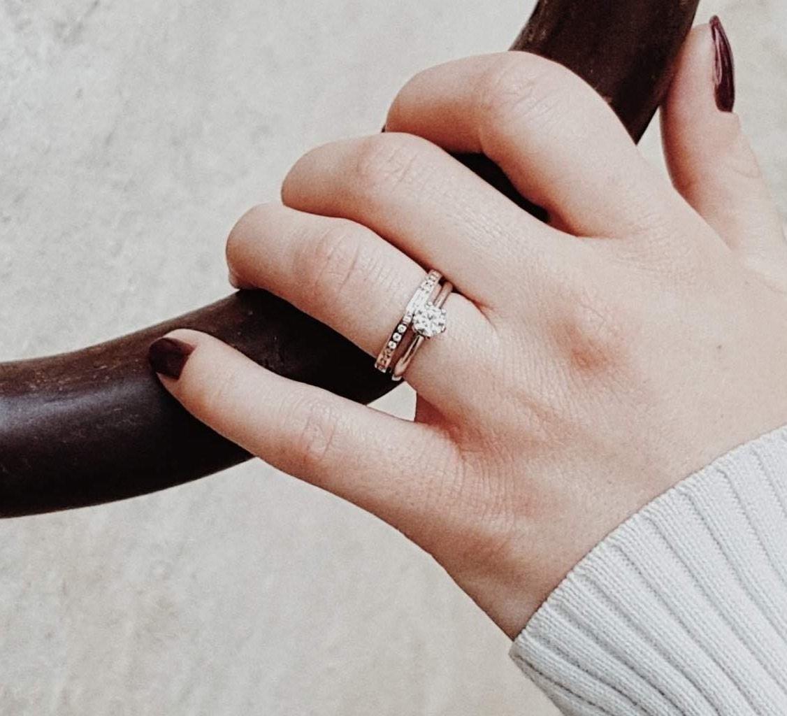 Gold Eheringe mit Weissgold Verlobungsring kombiniert