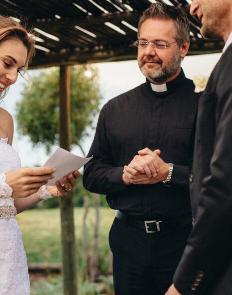 Braut liest ihrem Mann ihr Ehegelübde vor.