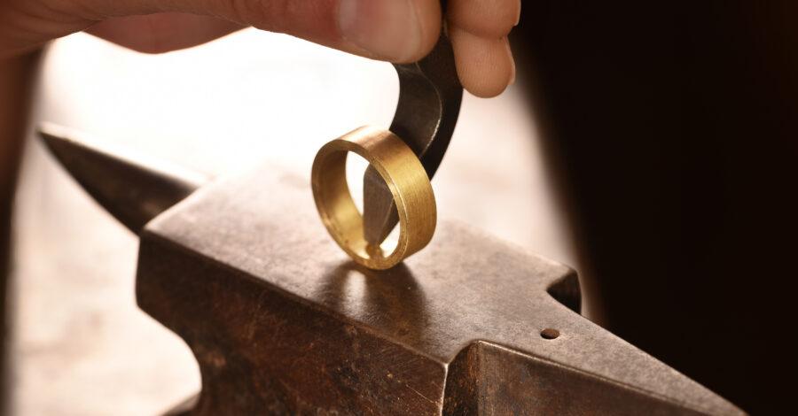 Goldschmied zeigt Rohling zur Ringherstellung