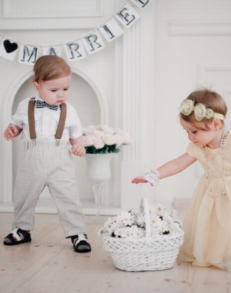 Hochzeit mit zwei kleinen Kindern, die sich im Wohnzimmer beschäftigen.