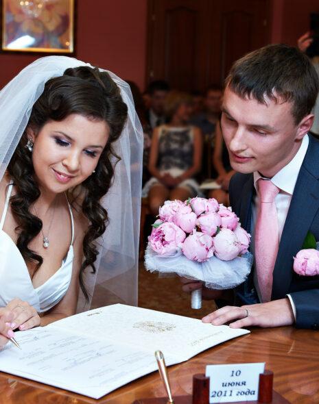 Paar bei standesamtlicher Hochzeit ohne Feier